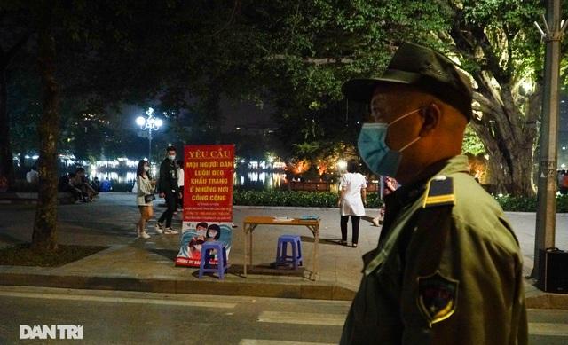 Hà Nội xử phạt nghiêm người không đeo khẩu trang vào phố đi bộ - 9