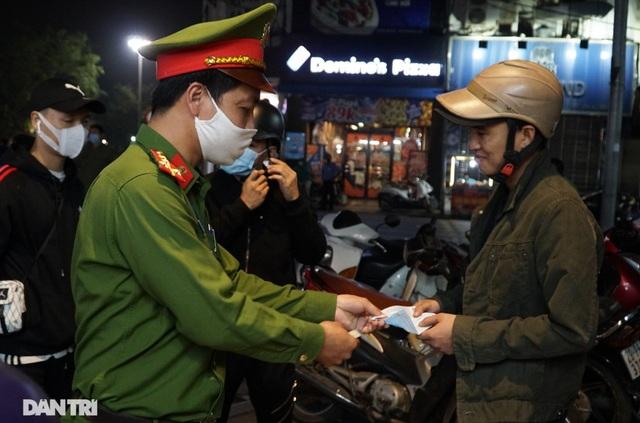 Hà Nội xử phạt nghiêm người không đeo khẩu trang vào phố đi bộ - 3