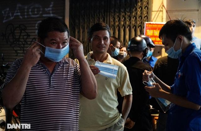 Hà Nội xử phạt nghiêm người không đeo khẩu trang vào phố đi bộ - 6