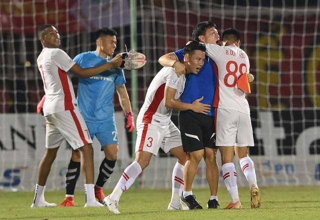 Cảm xúc vỡ òa của cầu thủ Viettel sau khi lên ngôi vô địch - 4