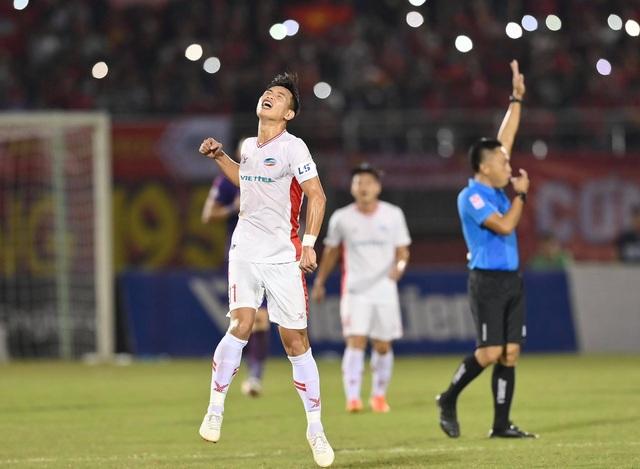 Cảm xúc vỡ òa của cầu thủ Viettel sau khi lên ngôi vô địch - 1