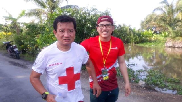 Các VĐV chúc mừng ông Đoàn Ngọc Hải về đích tại giải marathon Hậu Giang - 3