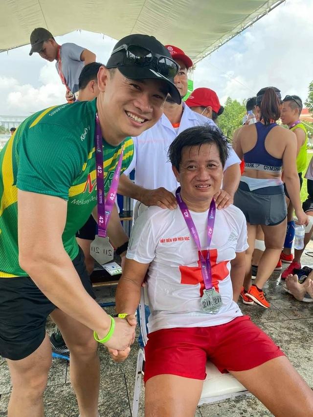 Các VĐV chúc mừng ông Đoàn Ngọc Hải về đích tại giải marathon Hậu Giang - 2