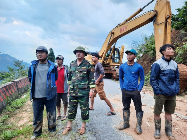 Nỗ lực thông đường vào vùng bị cô lập ở Phước Sơn - 6