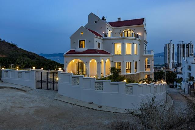 Phong cách kiến trúc mang đậm kiến trúc Đông Dương với mái ngói đỏ thân thuộc.