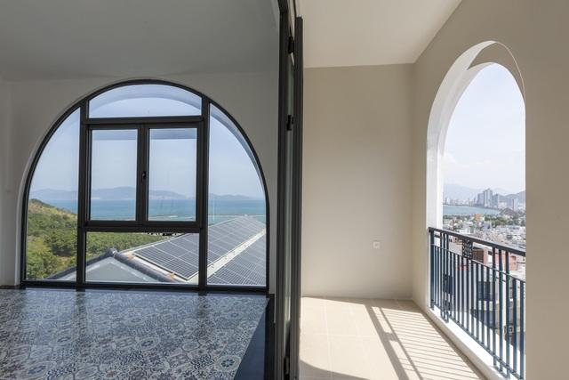 Dãy hành lang với hình dáng vòm vừa mang lại hiệu quả thẩm mỹ vừa giúp chắn ánh nắng hướng Tây chiếu vào nhà.