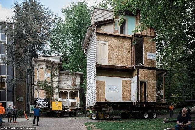 Khó tin ngôi nhà cắt làm đôi, được chở xe chuyên dụng đến khu đất mới - 2