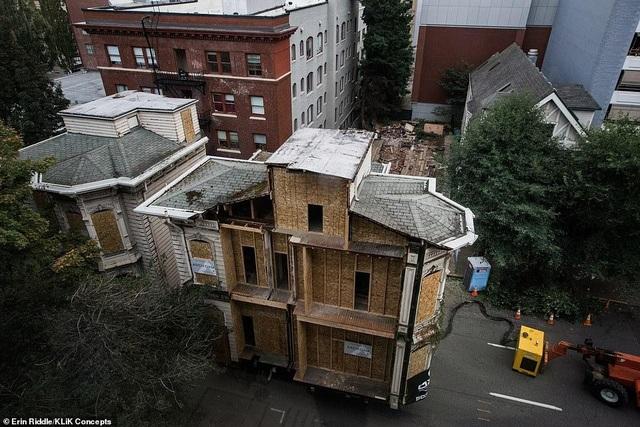 Khó tin ngôi nhà cắt làm đôi, được chở xe chuyên dụng đến khu đất mới - 3
