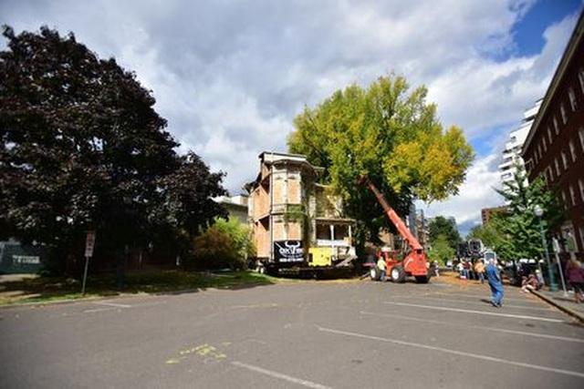 Khó tin ngôi nhà cắt làm đôi, được chở xe chuyên dụng đến khu đất mới - 9