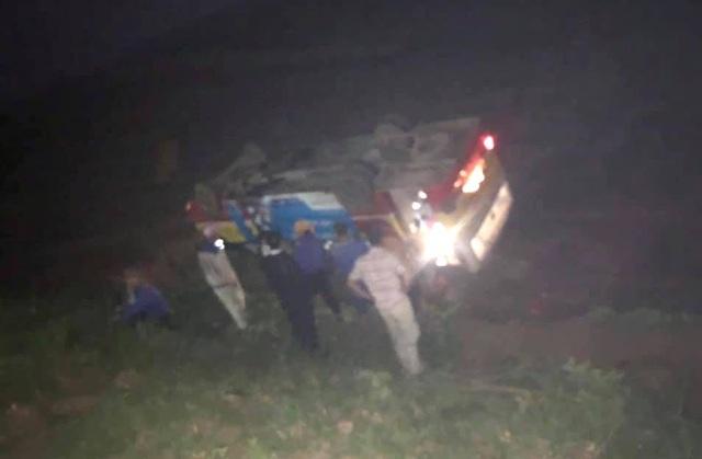 Xe buýt đâm chết trâu trên quốc lộ rồi lật ngửa dưới ruộng - 4