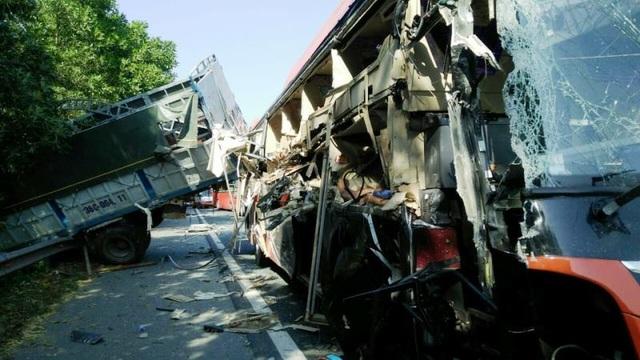 Xe khách va chạm xe tải đang sửa chữa trên cao tốc, nhiều người nhập viện - 1