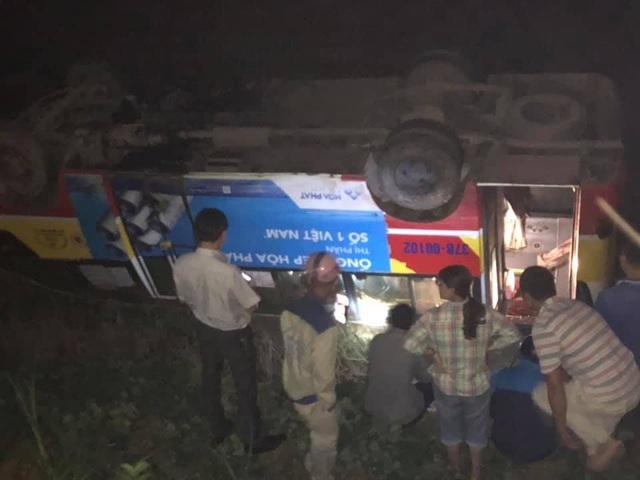Xe buýt đâm chết trâu trên quốc lộ rồi lật ngửa dưới ruộng - 2