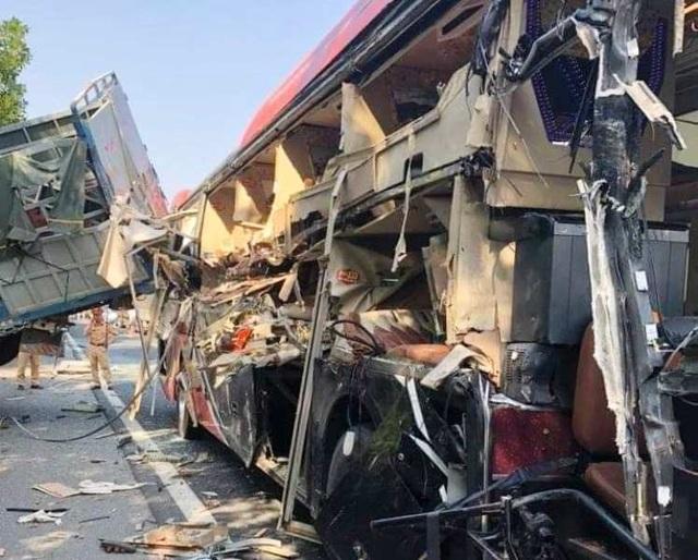 Xe khách va chạm xe tải đang sửa chữa trên cao tốc, nhiều người nhập viện - 2