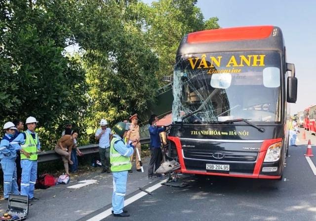 Xe khách va chạm xe tải đang sửa chữa trên cao tốc, nhiều người nhập viện - 3