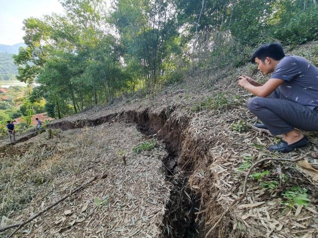 Sụt lún cả quả đồi, 17 hộ dân di dời khẩn cấp - 5