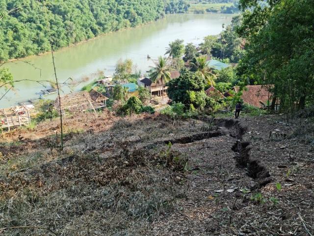Sụt lún cả quả đồi, 17 hộ dân di dời khẩn cấp - 1