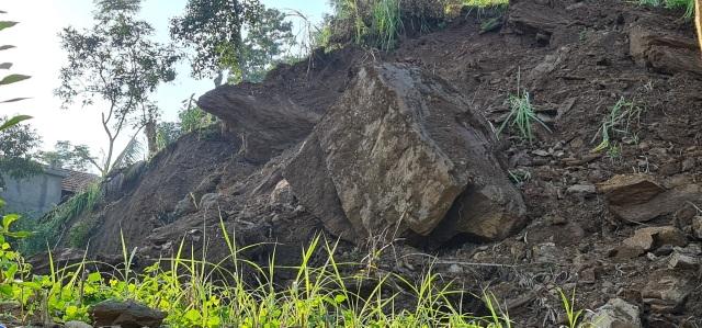 Sụt lún cả quả đồi, 17 hộ dân di dời khẩn cấp - 10