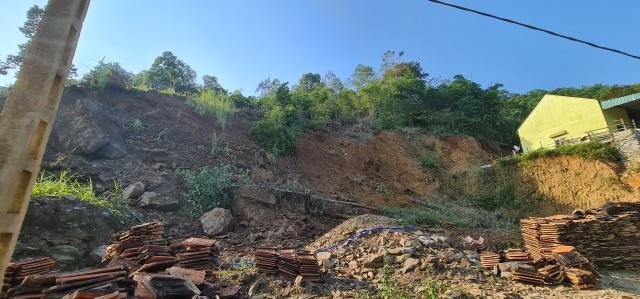 Sụt lún cả quả đồi, 17 hộ dân di dời khẩn cấp - 13