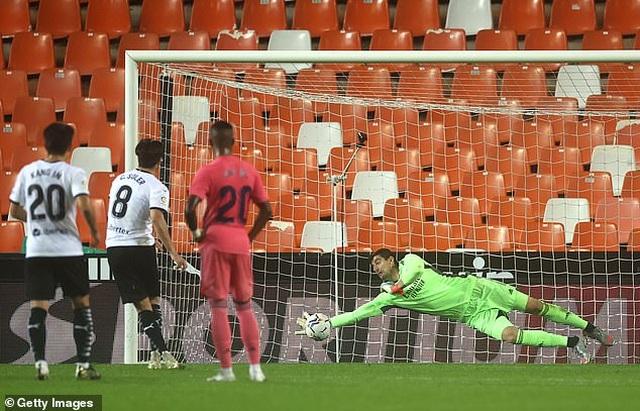 Valencia 4-1 Real Madrid: Cú hattrick phạt đền của Soler - 2