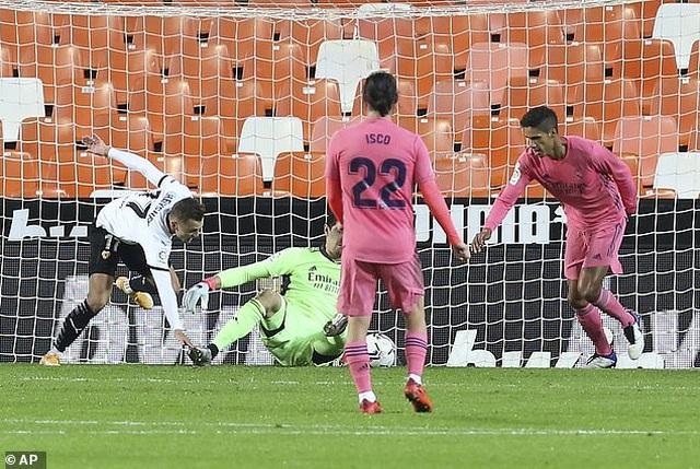 Valencia 4-1 Real Madrid: Cú hattrick phạt đền của Soler - 3