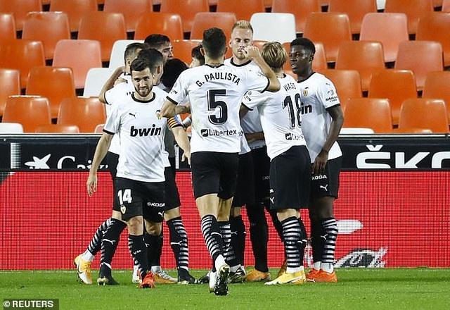 Valencia 4-1 Real Madrid: Cú hattrick phạt đền của Soler - 6