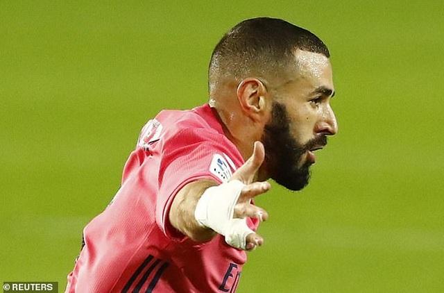 Valencia 4-1 Real Madrid: Cú hattrick phạt đền của Soler - 1