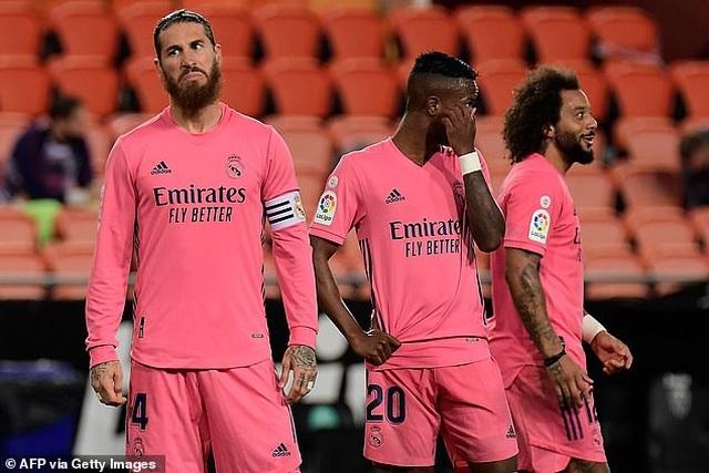 Valencia 4-1 Real Madrid: Cú hattrick phạt đền của Soler - 7