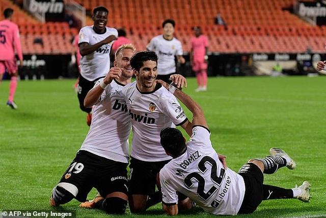 Valencia 4-1 Real Madrid: Cú hattrick phạt đền của Soler - 5