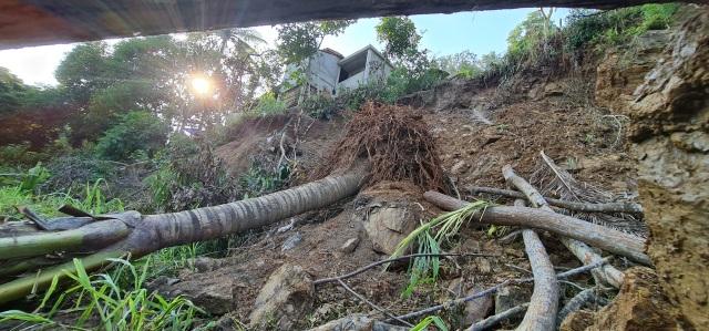 Sụt lún cả quả đồi, 17 hộ dân di dời khẩn cấp - 9