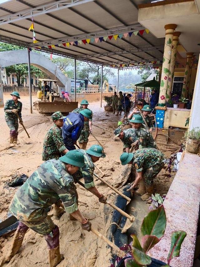 Cán bộ, chiến sĩ Biên phòng hỗ trợ người dân khắc phục hậu quả sau lũ - 4