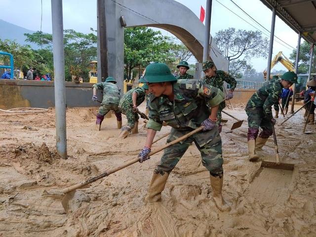 Cán bộ, chiến sĩ Biên phòng hỗ trợ người dân khắc phục hậu quả sau lũ - 5