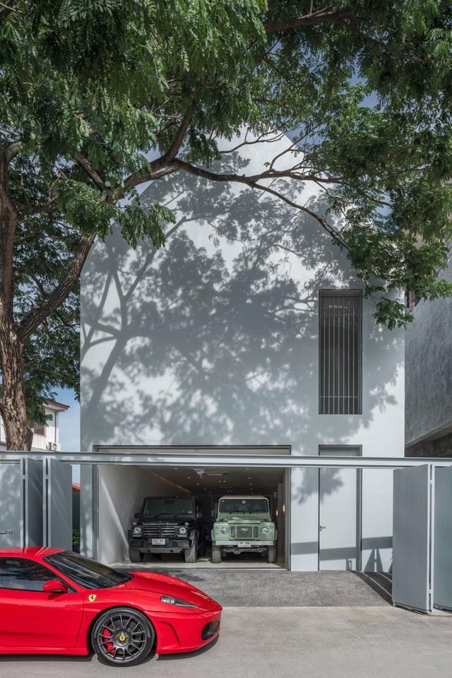 Nhà đơn giản thiết kế lạ khoe bộ sưu tập xe hơi đắt tiền của gia chủ - 2
