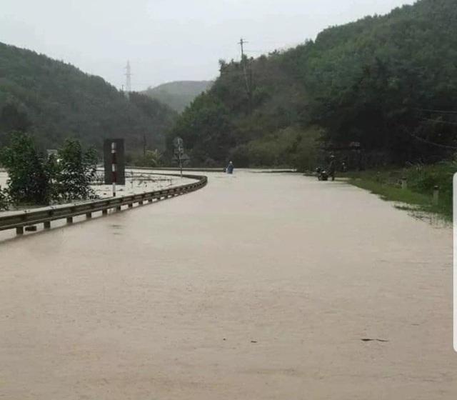 Hàng trăm hộ dân bị ngập lụt, khẩn trương di dời khỏi khu vực nguy hiểm - 3