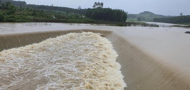 Hàng trăm hộ dân bị ngập lụt, khẩn trương di dời khỏi khu vực nguy hiểm - 2