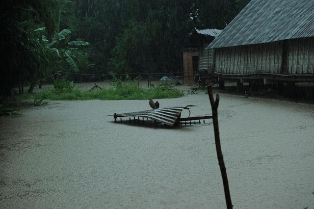 Người dân ngồi nhà sàn nhìn nước ngập mênh mông - 9
