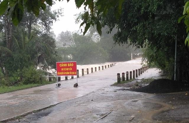 Phú Yên mưa lớn, lũ lên nhanh, dân vội vàng đi sơ tán - 9