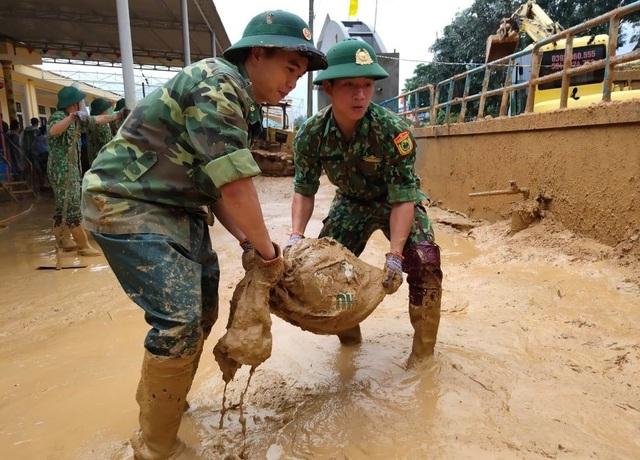Cán bộ, chiến sĩ Biên phòng hỗ trợ người dân khắc phục hậu quả sau lũ - 3
