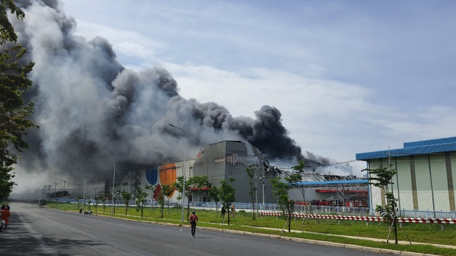 Đang cháy cực lớn trong khu công nghiệp Hiệp Phước - 1