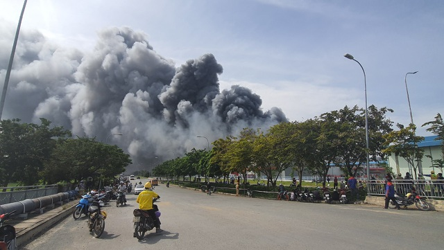 Đang cháy cực lớn trong khu công nghiệp Hiệp Phước - 4