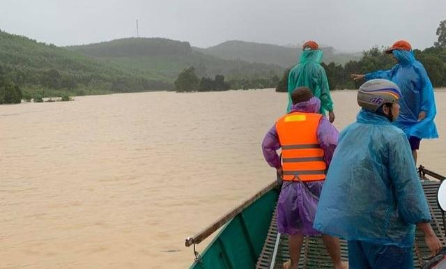 Hàng trăm hộ dân bị ngập lụt, khẩn trương di dời khỏi khu vực nguy hiểm - 4