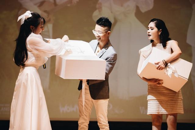 Wowy xúc động quỳ trên sân khấu đểcảm ơn sự nồng nhiệt của khán giả - 10