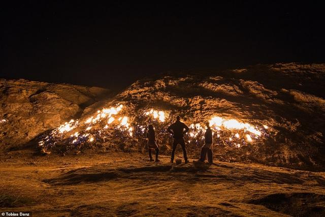 Du khách ùn ùn kéo đến xem sườn đồi tự bốc cháy ngùn ngụt - 1