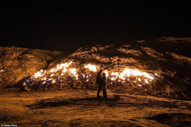 Du khách ùn ùn kéo đến xem sườn đồi tự bốc cháy ngùn ngụt - 4
