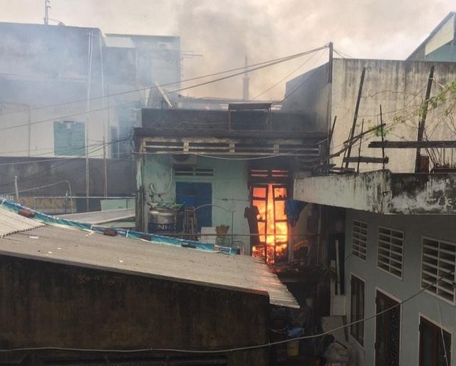 Liên tiếp 2 nhà dân bốc cháy trong bão số 12 - 4