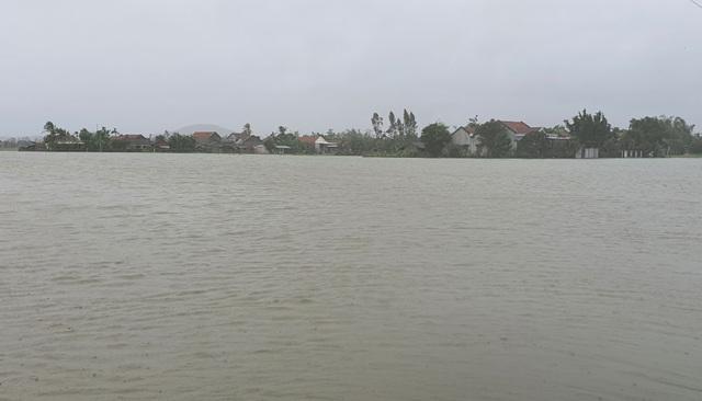 Phú Yên mưa lớn, lũ lên nhanh, dân vội vàng đi sơ tán - 2