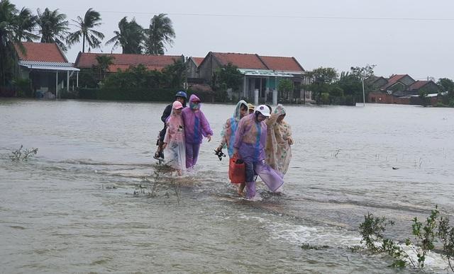 Phú Yên mưa lớn, lũ lên nhanh, dân vội vàng đi sơ tán - 5