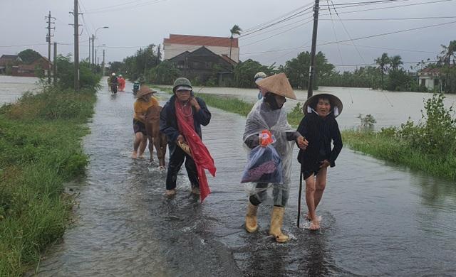 Phú Yên mưa lớn, lũ lên nhanh, dân vội vàng đi sơ tán - 6