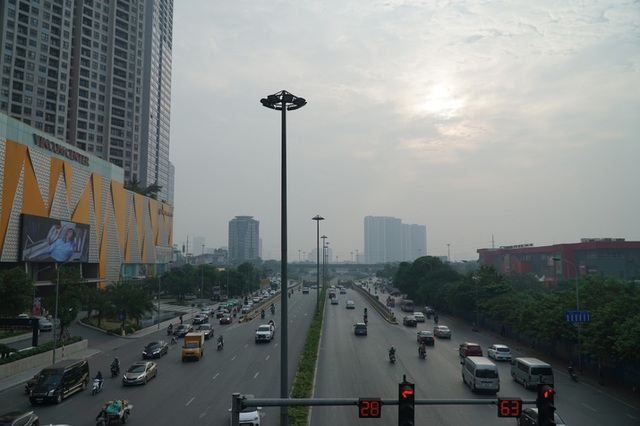 """Khói xe và bụi đường khiến người dân Hà Nội lầm tưởng """"sương mù"""" - 4"""