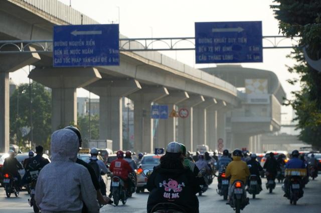 """Khói xe và bụi đường khiến người dân Hà Nội lầm tưởng """"sương mù"""" - 5"""