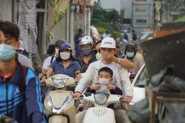 """Khói xe và bụi đường khiến người dân Hà Nội lầm tưởng """"sương mù"""" - 7"""